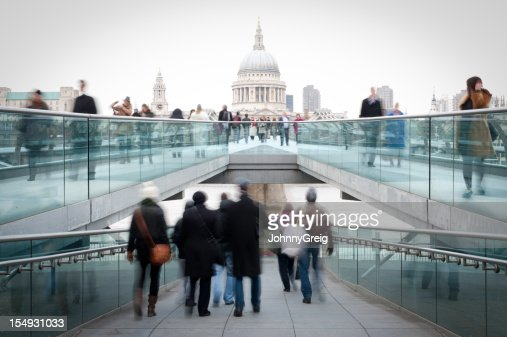 Millennium Bridge y St Paul's de Londres personas a