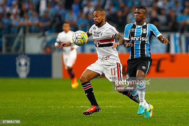 Milles Bolanos of Gremio battles for the ball against Wesley of Sao Paulo during the match Gremio v Sao Paulo as part of Brasileirao Series A 2016 at...