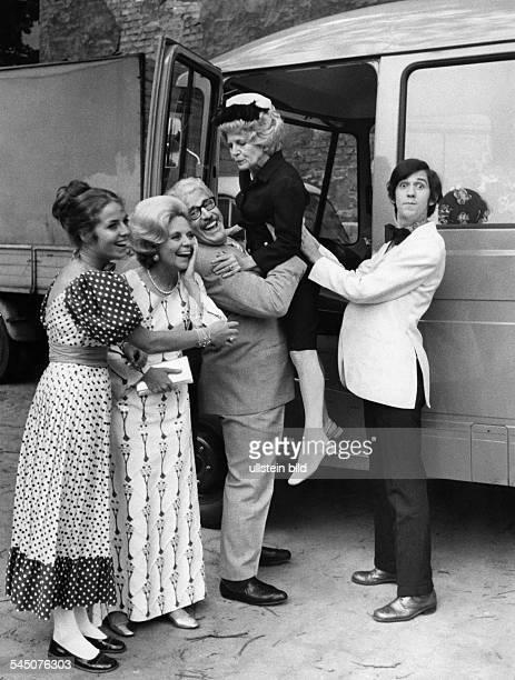 Millowitsch Willy *Schauspieler D vlnr Michaela May Heidi Kabel WM Inge Schmidt und Ilja Richter in 'HeiWiTipTop' 1971