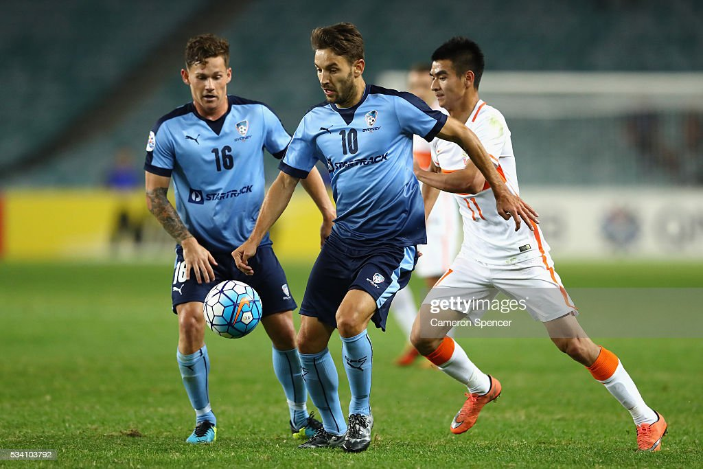<a gi-track='captionPersonalityLinkClicked' href=/galleries/search?phrase=Milos+Ninkovic&family=editorial&specificpeople=4695877 ng-click='$event.stopPropagation()'>Milos Ninkovic</a> of Sydney FC controls the ball during the AFC Asian Champions League match between Sydney FC and Shandong Luneng at Allianz Stadium on May 25, 2016 in Sydney, Australia.