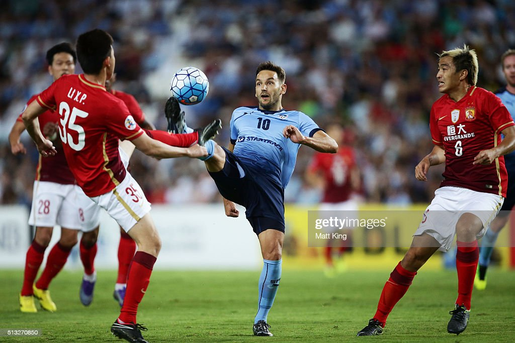 Milos Ninkovic of Sydney FC controls the ball during the AFC Champions League match between Sydney FC and Guangzhou Evergrande FC at Allianz Stadium...