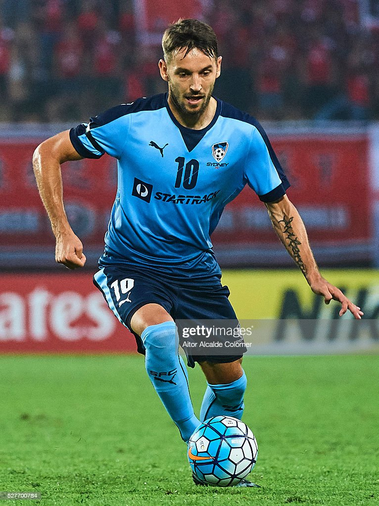 <a gi-track='captionPersonalityLinkClicked' href=/galleries/search?phrase=Milos+Ninkovic&family=editorial&specificpeople=4695877 ng-click='$event.stopPropagation()'>Milos Ninkovic</a> of Sydney FC in action during the AFC Asian Champions League match between Guangzhou Evergrande FC and Sydney FC at Tianhe Stadium on May 3, 2016 in Guangzhou, China.