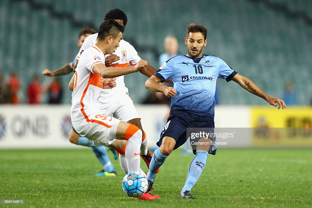 <a gi-track='captionPersonalityLinkClicked' href=/galleries/search?phrase=Milos+Ninkovic&family=editorial&specificpeople=4695877 ng-click='$event.stopPropagation()'>Milos Ninkovic</a> of Sydney FC passes during the AFC Asian Champions League match between Sydney FC and Shandong Luneng at Allianz Stadium on May 25, 2016 in Sydney, Australia.