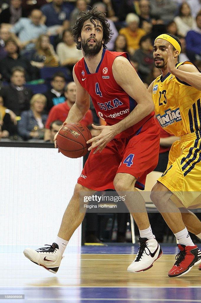 <a gi-track='captionPersonalityLinkClicked' href=/galleries/search?phrase=Milos+Teodosic&family=editorial&specificpeople=4453210 ng-click='$event.stopPropagation()'>Milos Teodosic</a>, #4 of CSKA Moscow competes with <a gi-track='captionPersonalityLinkClicked' href=/galleries/search?phrase=Dashaun+Wood&family=editorial&specificpeople=4194410 ng-click='$event.stopPropagation()'>Dashaun Wood</a>, #23 of Alba Berlin during the 2012-2013 Turkish Airlines Euroleague Top 16 Date 2 between Alba Berlin v CSKA Moscow at O2 World Arena on January 4, 2013 in Berlin, Germany.