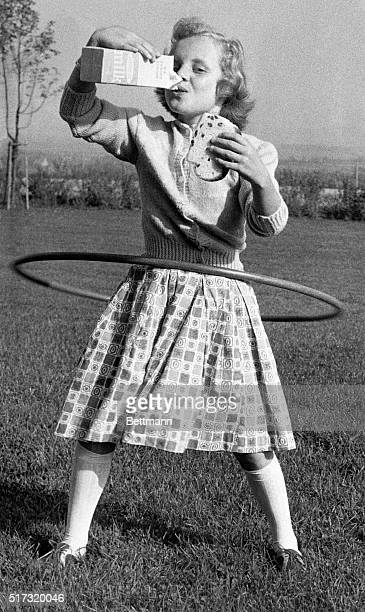 Mimi Jordan drinks milk and holds sandwich while hulahooping and breaking world record