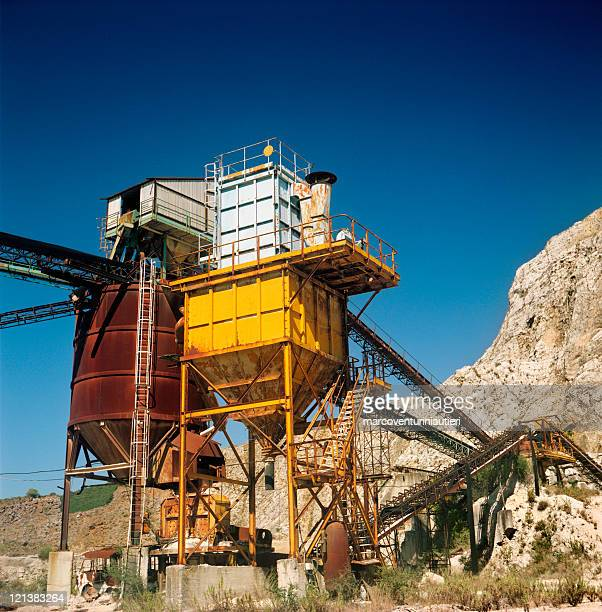 Minerals extraction plant and cave