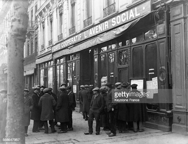 Mineurs devant la Coopérative à SaintEtienne France en 1930
