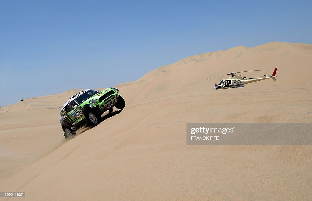 Mini's driver Stephane Perterhansel (R) of France competes during the Stage 2 of the Dakar 2013 in Pisco, Peru, on January 6, 2013. The rally will take place in Peru, Argentina and Chile from January 5 to 20. AFP PHOTO / FRANCK FIFE