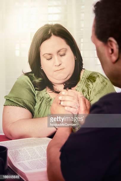 Ministre aider parishioner Priez dans sa maison