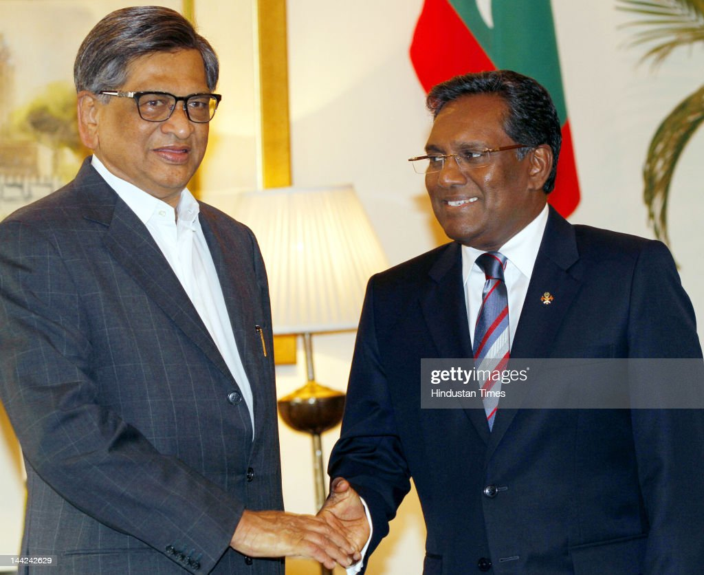 Minister of External Affairs S.M. Krishna (L) shakes hands with Maldives President Mohamed Waheed (R) along Maldives delegation during a meeting at Taj Palace Hotel on May 12, 2012 in New Delhi, India. In his five day visit, Waheed will discuss the situation in the Maldives including possible early elections to end unrest that followed the controversial ouster of his predecessor Mohamed Nasheed.