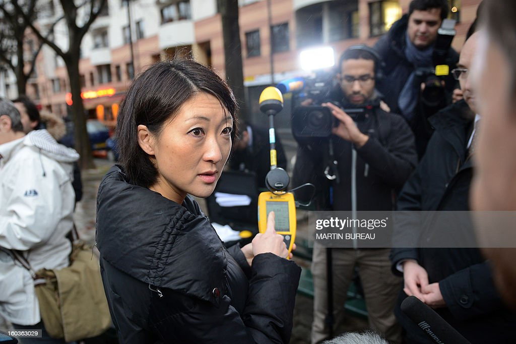 Minister of the Digital Economy, Fleur Pellerin meets with National Frequency Agency (ANF) technicians, and performs radio frequency emission measurements, electromagnetic fields tests near a mobile telephone base station antenna, on January 30, 2013 in Paris. AFP PHOTO MARTIN BUREAU