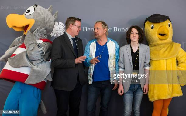 Minister President of Thuringia Bodo Ramelow and actors Uwe Ochsenknecht and Maximilian Ehrenreich pose together with the mascots 'Bundesadler' and...