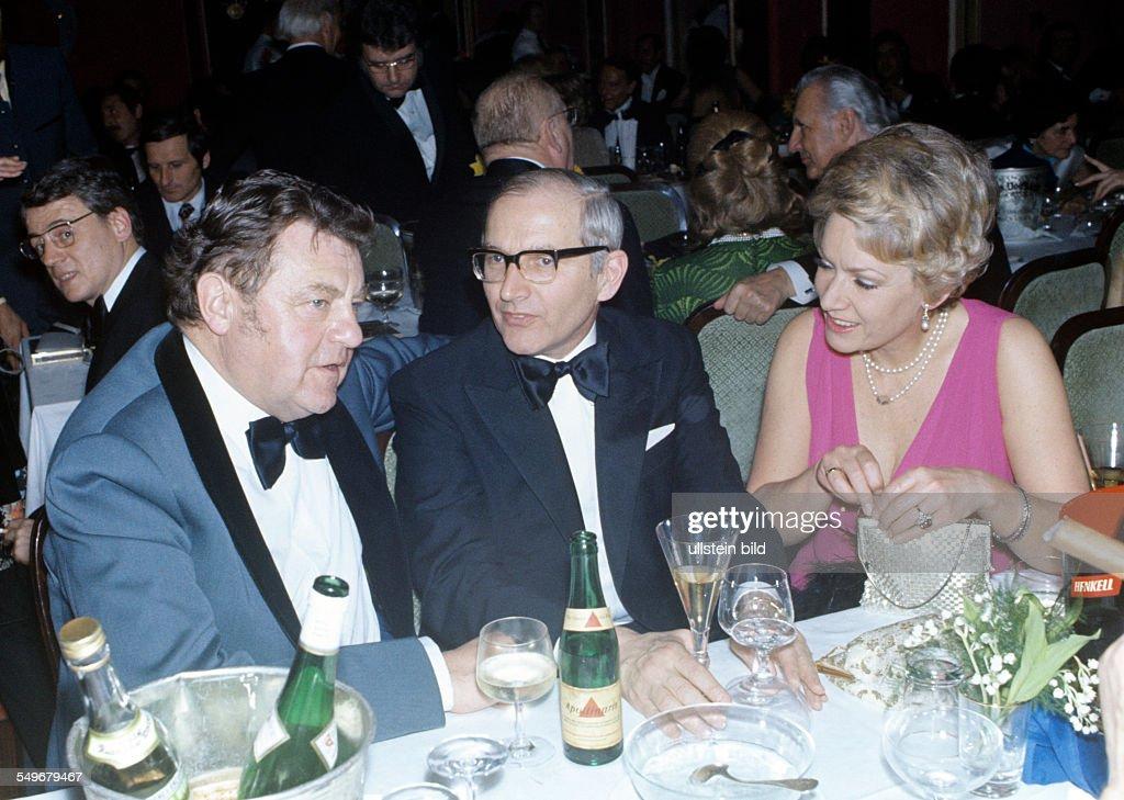 Ministerpräsident FranzJoseph Strauss mit Schauspielerin Ruth Leuwerik und Ehemann Dr Purper beim Filmball Muenchen