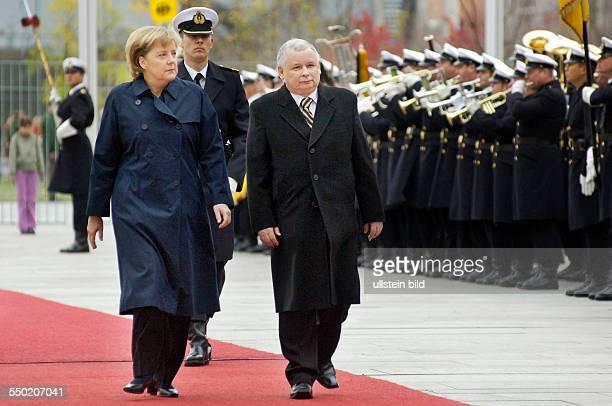 Ministerpräsident Jaroslaw Kaczynski und Bundeskanzlerin Angela Merkel während des Empfangs mit militärischen Ehren anlässlich seines Besuches in...