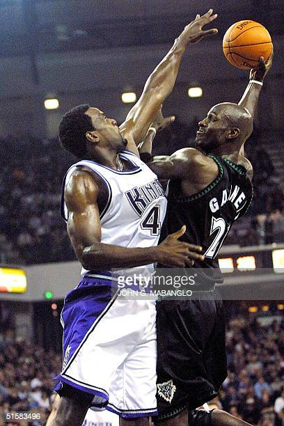 Minnesota Timberwolves forward Kevin Garnett attemps to shoots over Sacramento Kings forward Chris Webber during the first period of their game 08...