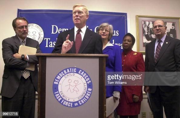 Minorty Leader Dick Gephardt DMO alongside Reps Dave Bonior DMI Lynn Woolsey DCA Shelia JacksonLee DTX and Martin Frost DTX speaks at press...