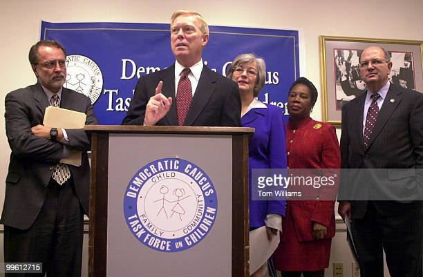 Minorty Leader Dick Gephardt DMO alongside Reps Dave Bonior DMI Lynn Woolsey DCA Shelia JacksonLee DTX and Martin Frost DTX speaks at press...