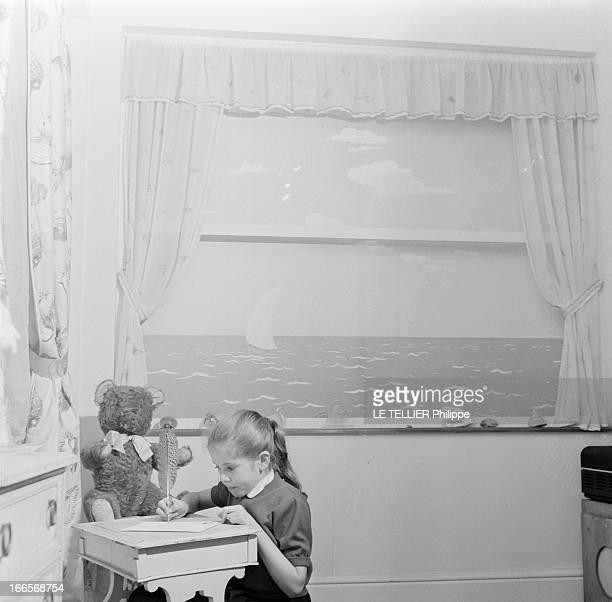 Minou Drouet Star Of The News Bretagne 20 Novembre 1955 Au Pouliguen ou elle habite une maison jaune au bord de l'Atlantique Minou DROUET enfant...