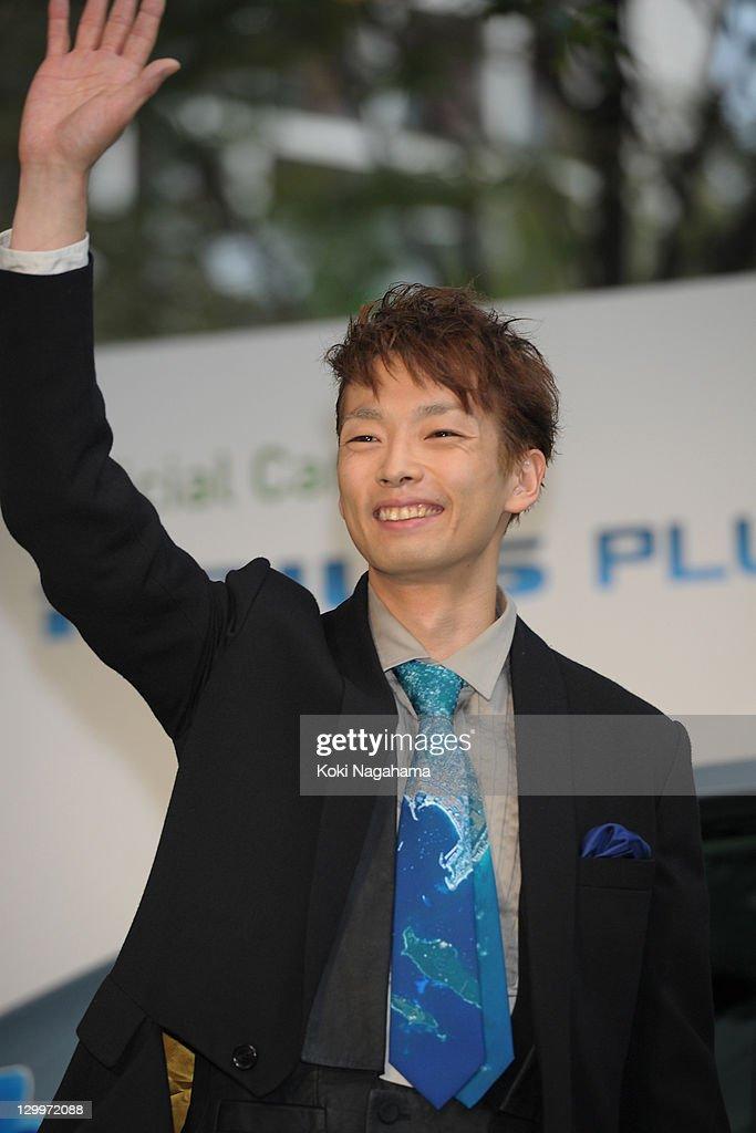 Mirai Moriyama waves on the green carpet during the Tokyo International Film Festival Opening Ceremony at Roppongi Hills on October 22, 2011 in Tokyo, Japan.