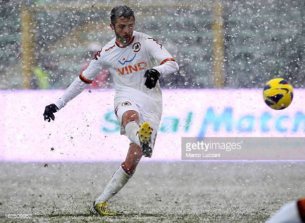 Miralem Pjanic of AS Roma scores his goal on free kick during the Serie A match between Atalanta BC and AS Roma at Stadio Atleti Azzurri d'Italia on...