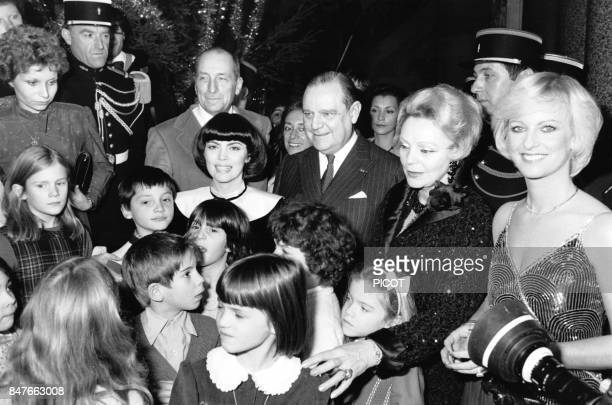 Mireille Mathieu a la fete de Noel de l'Hotel Matignon en compagnie du Premier ministre Raymond Barre et son epouse Eve ainsi que l'animatrice de...