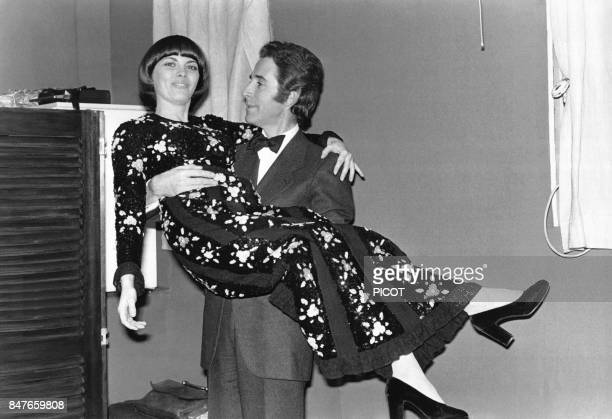 Mireille Mathieu avec le danseur Jacques Chazot le soir de la premiere de son tour de chant d'un mois a l'Olympia le 6 fevrier 1973 a Paris France