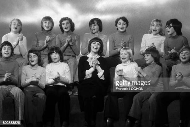 Mireille Mathieu chante avec des enfants à la télévision en 1975 à Paris France