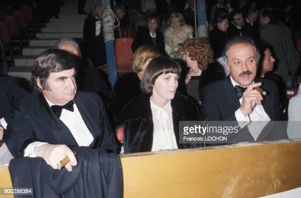 Mireille Mathieu entourée de Pierre Salinger et Jacques Médecin au cirque Bouglione le 27 avril 1976 à Paris France