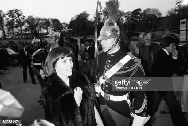 Mireille Mathieu et un garde républicain lors d'une soirée aux Tuileries le 27 avril 1976 à Paris France