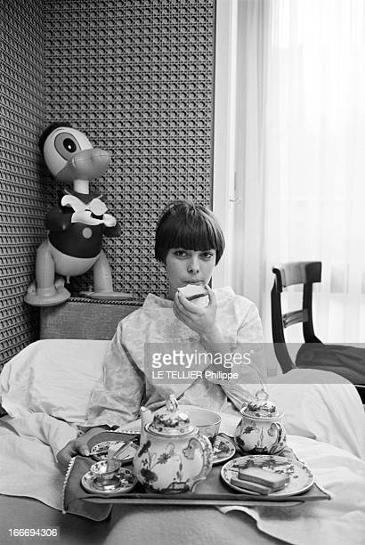 Mireille Mathieu In The 'Sacha Show' At The Olympia France Paris 29 décembre 1965 la chanteuse Mireille MATHIEU participe au 'Sacha show' une...