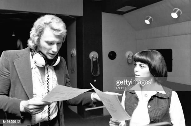 Mireille Mathieu repetant une chanson avec Johnny Hallyday en 1974 en France