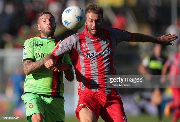 Mirko Carretta of Ternana Calcio competes for the ball with Michele Canini of US Cremonese during the Serie B match between US Cremonese and Ternana...