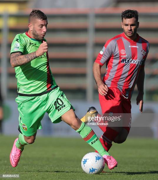 Mirko Carretta of Ternana Calcio controls the ball during the Serie B match between US Cremonese and Ternana Calcio at Stadio Giovanni Zini on...