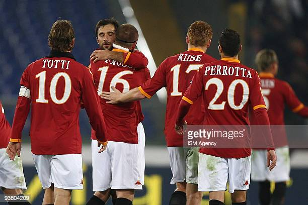 Mirko Vucinic Daniele De Rossi John Arne Riise Simone Perrotta Francesco Totti of AS Roma celebrate the second goal during the UEFA Europa League...