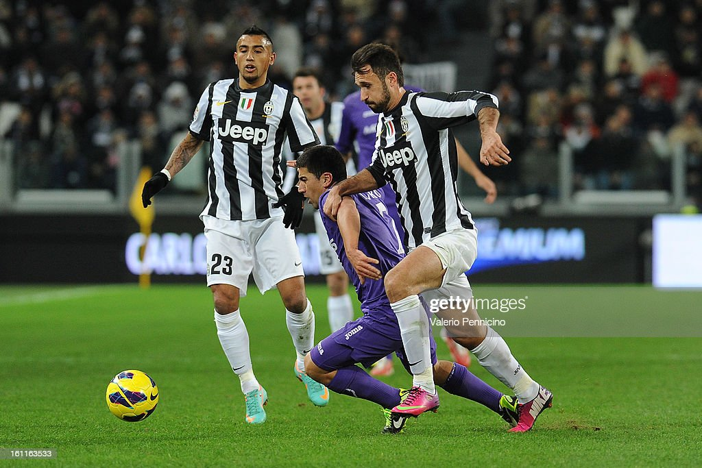 <a gi-track='captionPersonalityLinkClicked' href=/galleries/search?phrase=Mirko+Vucinic&family=editorial&specificpeople=860475 ng-click='$event.stopPropagation()'>Mirko Vucinic</a> (R) of Juventus FC competes with <a gi-track='captionPersonalityLinkClicked' href=/galleries/search?phrase=David+Pizarro&family=editorial&specificpeople=638720 ng-click='$event.stopPropagation()'>David Pizarro</a> of ACF Fiorentina during the Serie A match between Juventus FC and ACF Fiorentina at Juventus Arena on February 9, 2013 in Turin, Italy.