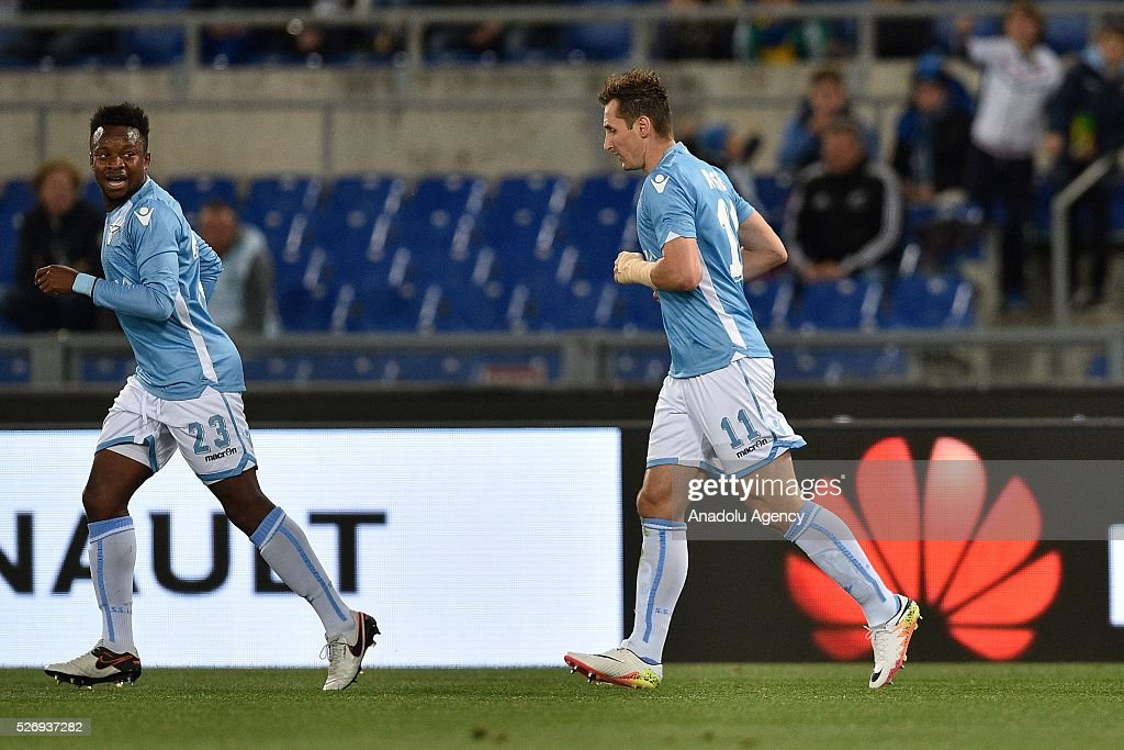 Miroslav Klose of SS Lazio (R) celebrates after scoring a goal during the Serie A match between SS Lazio and FC Internazionale Milano at Stadio Olimpico on May 1, 2016 in Rome, Italy.