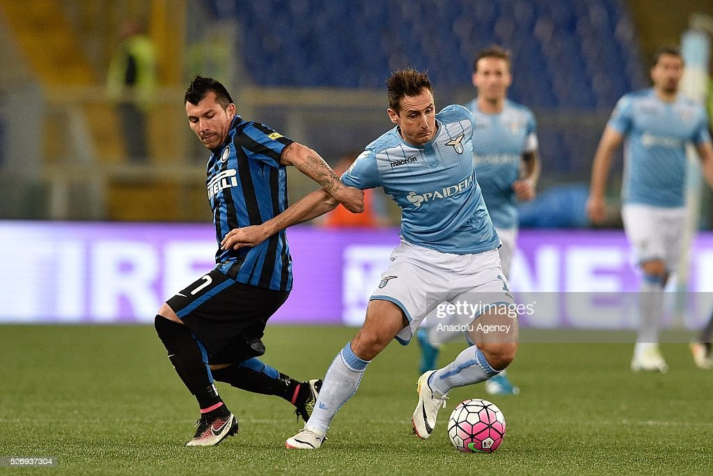 Miroslav Klose (R) of SS Lazio competes with Gary Medel (L) of FC Inter Milan during the Serie A match between SS Lazio and FC Internazionale Milano at Stadio Olimpico on May 1, 2016 in Rome, Italy.