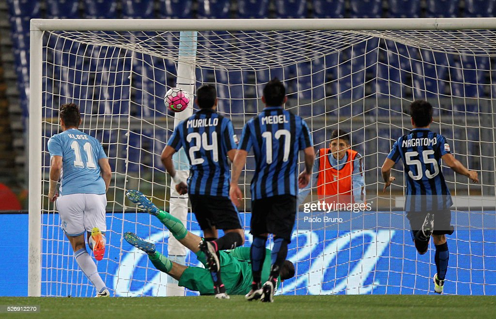 <a gi-track='captionPersonalityLinkClicked' href=/galleries/search?phrase=Miroslav+Klose&family=editorial&specificpeople=206489 ng-click='$event.stopPropagation()'>Miroslav Klose</a> of SS Lazio scores the opening goal during the Serie A match between SS Lazio and FC Internazionale Milano at Stadio Olimpico on May 1, 2016 in Rome, Italy.
