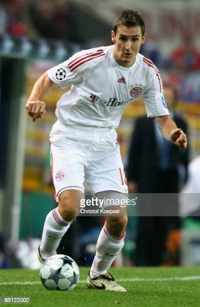 Miroslav Klose runs with the ball during the UEFA Champions League Round of Last 16 First Leg match between Sporting Lisbon and FC Bayern Muenchen at...