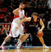 Mirza Teletovic #12 of Caja Laboral competes with Linas Kleiza #11 of Olympiacos Piraeus during the Euroleague Basketball 20092010 Last 16 Game 1...