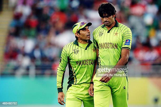 MisbahulHaq of Pakistan cheers on his teammate Mohammad Irfan during the 2015 ICC Cricket World Cup match between South Africa and Pakistan at Eden...