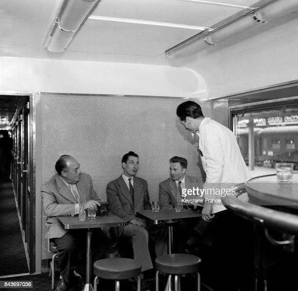 Mise en service d'une voiturebar à air conditionné sur le train Mistral sur la ligne ParisNice en France le 20 août 1954