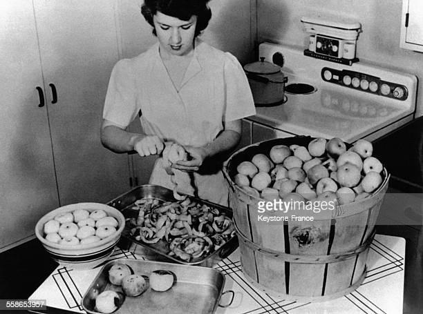 Miss America Imo Samson epluchant et lavant des pommes qu'elle enverra ensuite aux soldats deshydratees ou en conserve EtatsUnis le 5 aout 1945
