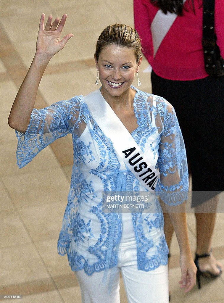 Miss Australia Jennifer Hawkins waves at photographers 30 May 2004, in Quito, Ecuador, where the Miss Universe 2004 contest will be held next 01 June. AFP PHOTO/Martin BERNETTI