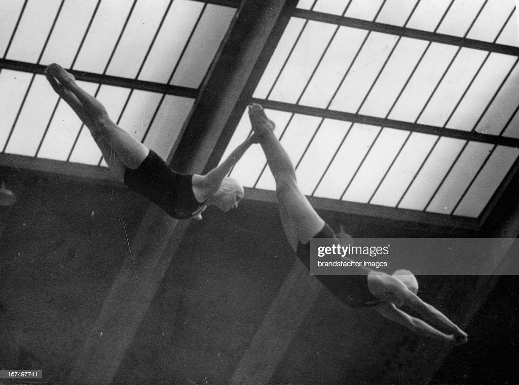 Miss Heinze and Miss Daumerling at the European swimming championships at Empire Pool Wembley London August 8th 1938 Photograph Die beiden deutschen...