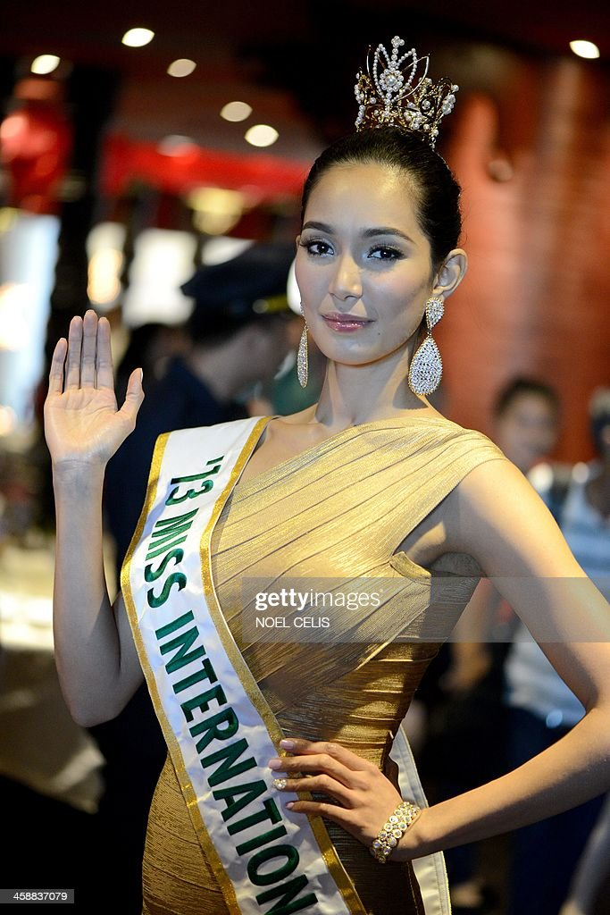 Miss International 2013 winner of the Philippines Bae Rose Santiago waves to photographers during a press conference in Manila on December 22, 2013. Santiago won the top price at the 53rd Miss International pageant held on December 7 in Japan.