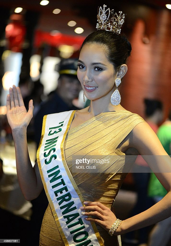 Miss International 2013 winner of the Philippines Bae Rose Santiago waves to photographers during a press conference in Manila on December 22, 2013. Santiago won the top price at the 53rd Miss International pageant held on December 7 in Japan. AFP PHOTO/NOEL CELIS