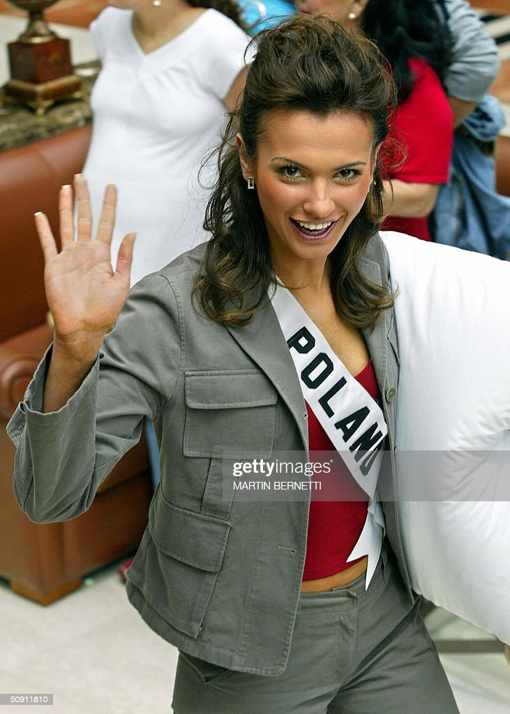 Miss Poland Paulina Panek waves at photographers 30 May, 2004, in Quito, Ecuador, where the Miss Universe 2004 contest will be held next 01 June. AFP PHOTO/Martin BERNETTI