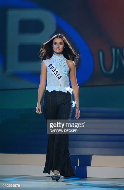 Miss Russia 2002 Oxana Fedorova rehearses for the 2002 Miss Universe Competition 26 May 2002 in San Juan Puerto Rico The 51st Annual Miss Universe...