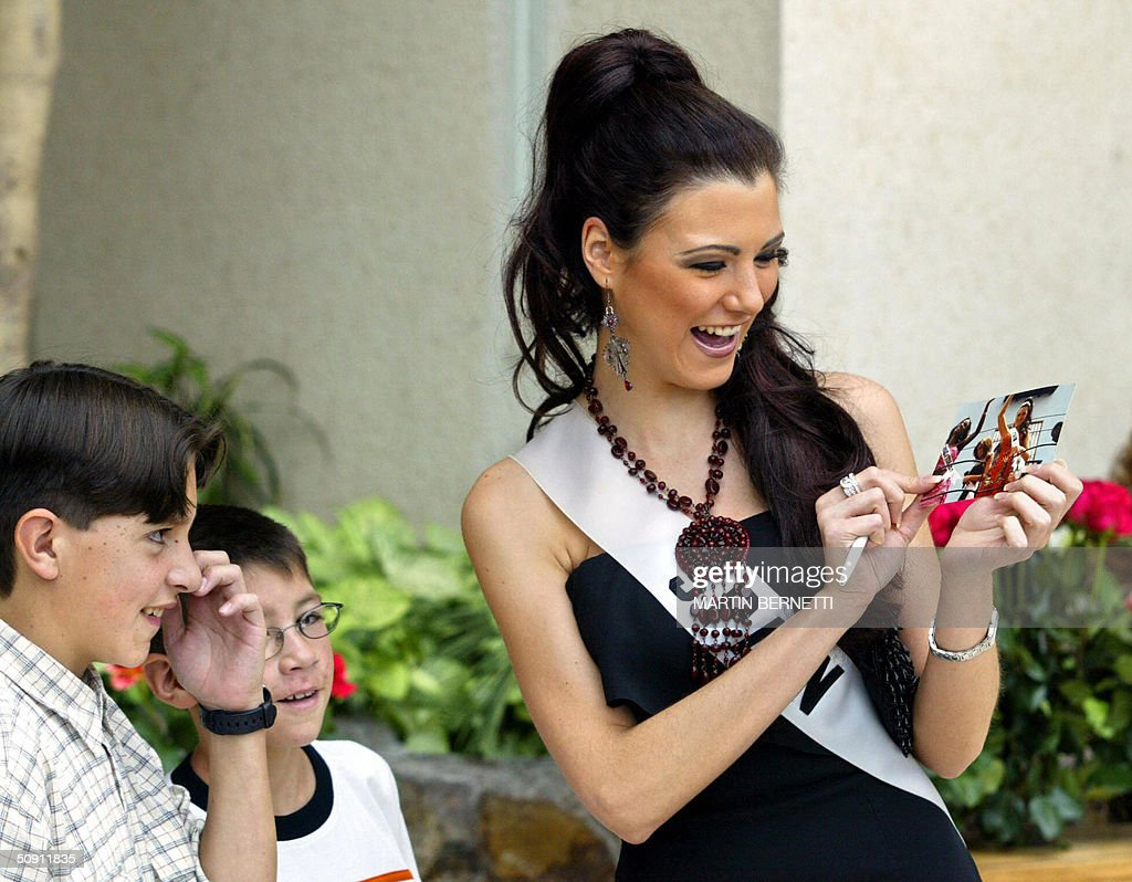 Miss Spain Maria Jesus Ruiz looks at a picture 30 May, 2004, in Quito, Ecuador, where the Miss Universe 2004 contest will be held next 01 June. AFP PHOTO/Martin BERNETTI
